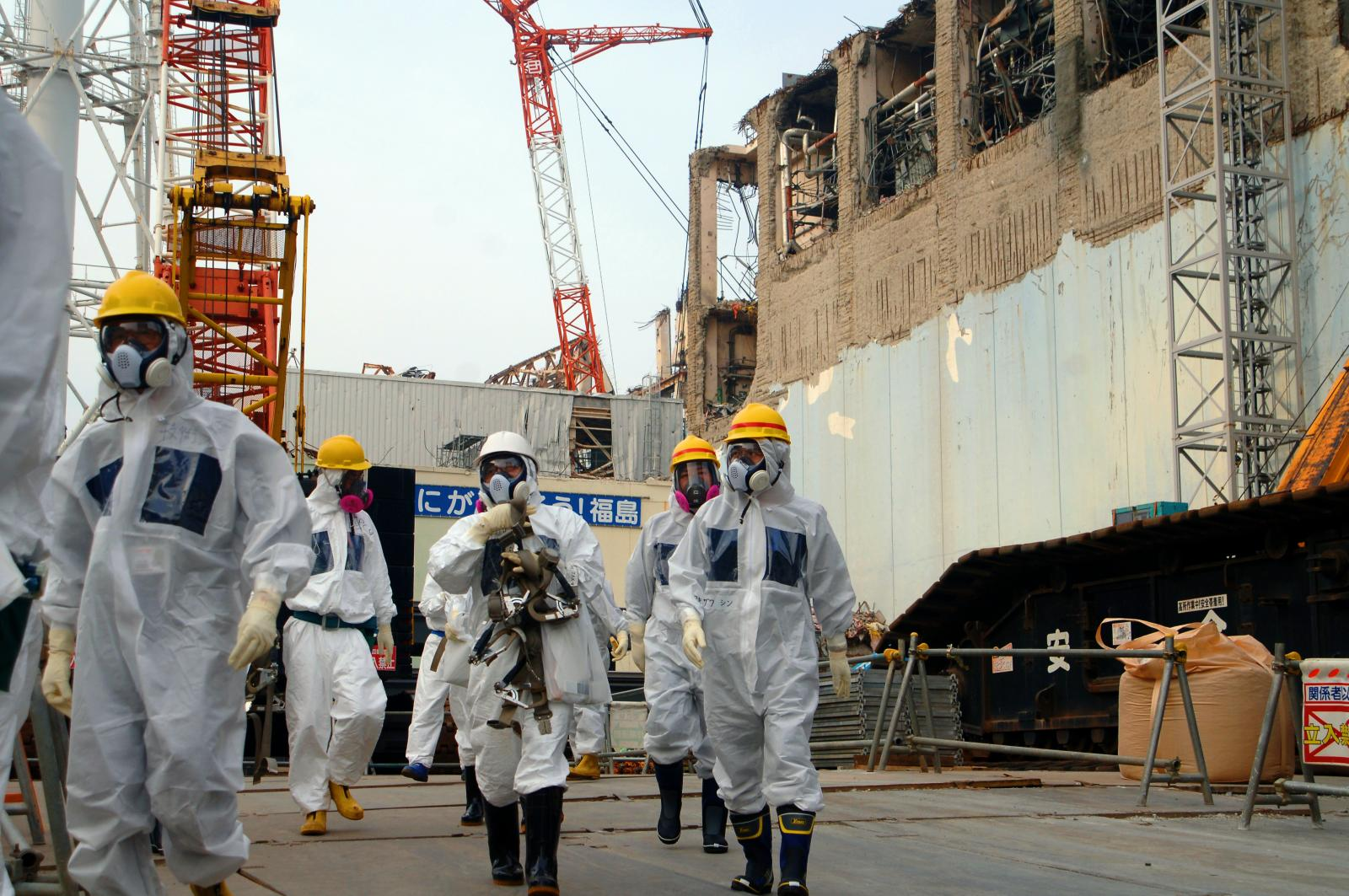IAEA experts depart Unit 4 of TEPCO's Fukushima Daiichi Nuclear Power Station on 17 April 2013
